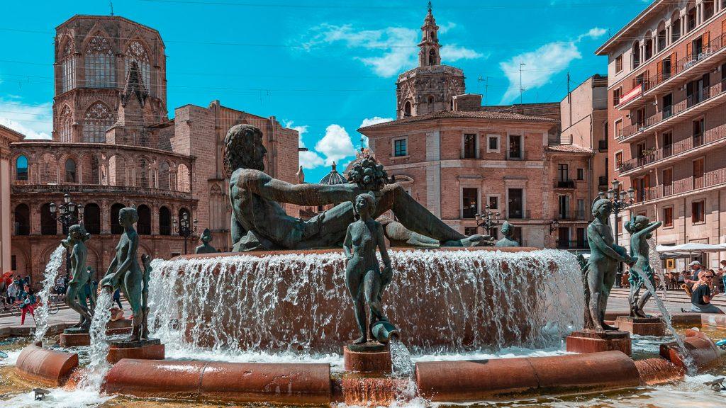 Valencia. Plaza de la Mare de Deu y Fuente del Turia.
